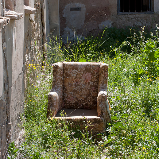 Badeasychair relaxing on a derelict lot in Blanca.