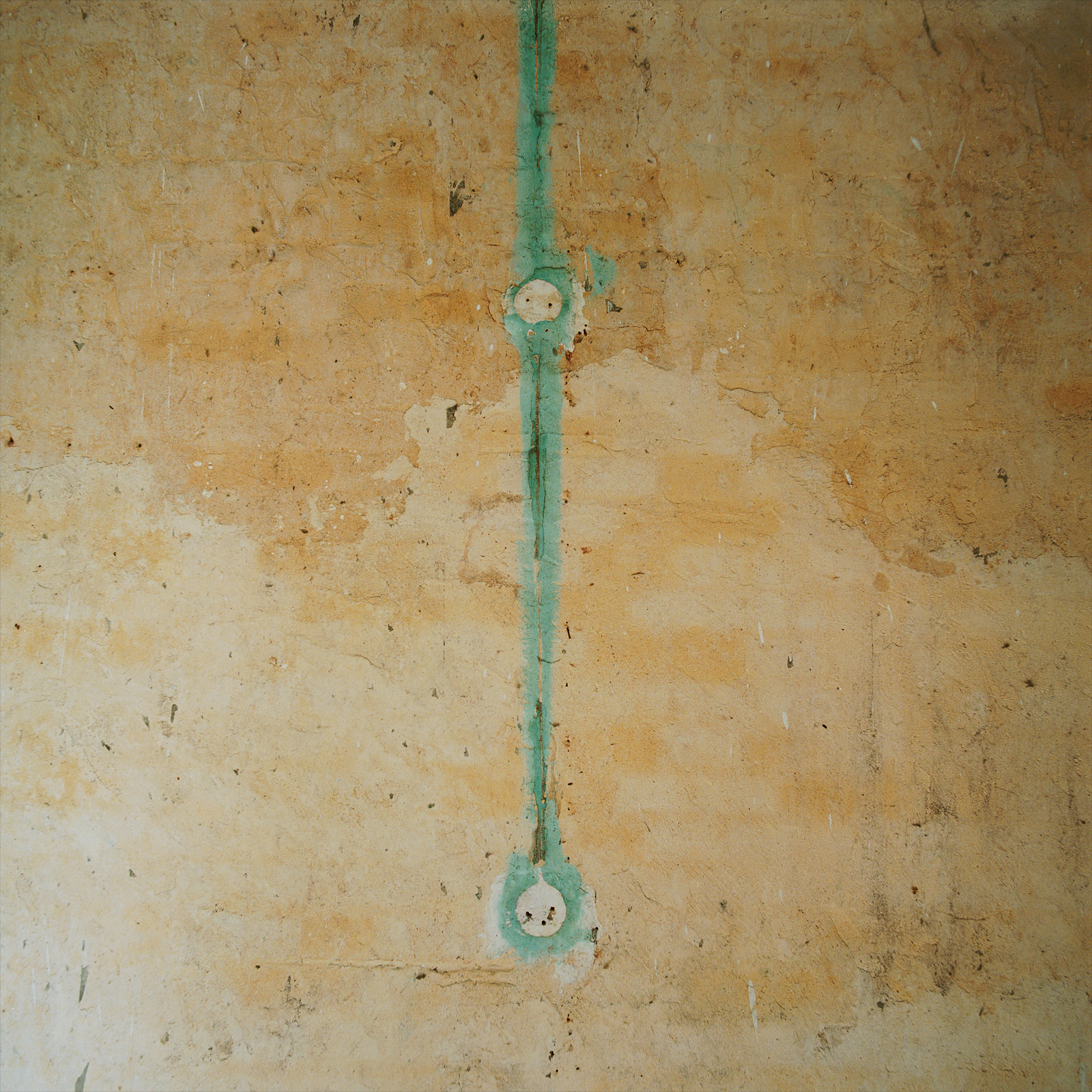 Wall texture with cable traces in one of the wings at Château Fossé, France.