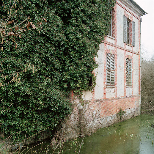 Backside with voluminous ivy and what remains of the moat at Château Fossé, France.
